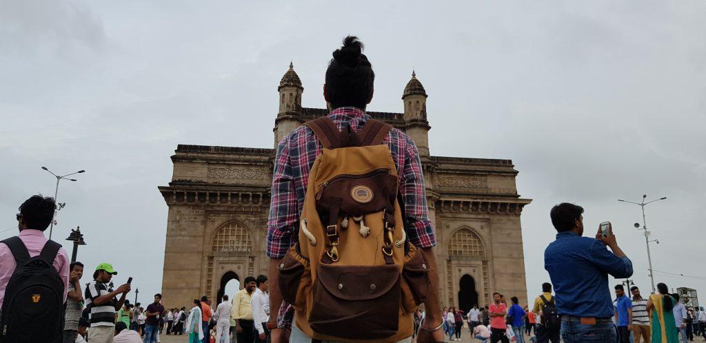 インド門とバックパッカー